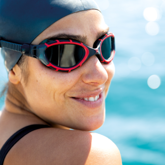 Woman wearing a black cap and a black/red goggle